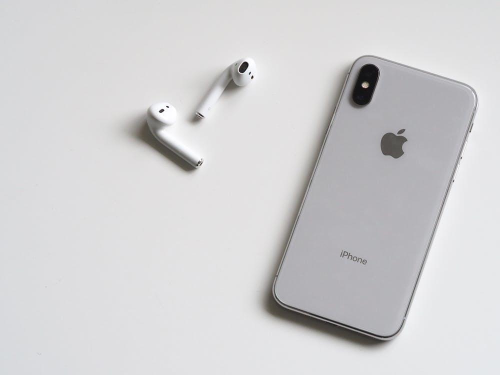 iphone ved siden af trådløse høretelefoner